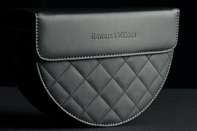Bowers&Wilkins P7 bag front closed