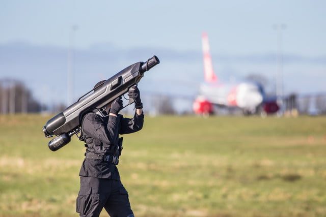 this shoulder mounted net firing bazooka can down a rogue drone at 100 meters skywall 3